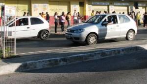 Passageiros a espera de ônibus na Avenida Brasília