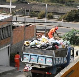 Coleta de lixo em caminhão inadequado