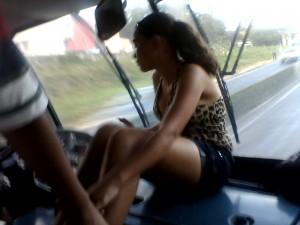 Passageira viaja em local proibido em ônibus