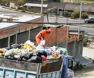Coletor arrisca a própria vida em cima de caminhão inadequado para serviço