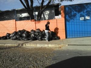 Lixo acumulado na porta da escola Santa Luzia