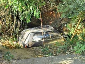 A motorista perdeu o controle da direção do veículo e faleceu no local