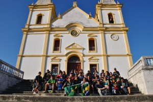 Jovens em frente a Igreja Matriz de Santa Luzia
