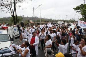 Trabalhadores pedem a reabertura do hospital e o pagamento dos salários atrasados