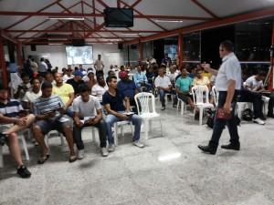 Profissionais acompanham as dicas do instrutor (Foto: Ramon Damásio)