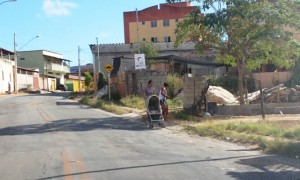 Mulher arrisca a própria vida e a do bebê ao andar na rua Foto: Ramon Damásio