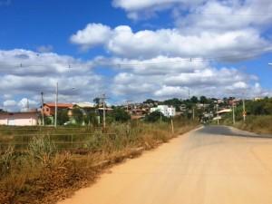 Passarela também foi tomada pelo mato na avenida Raul Teixeira da Costa - Adeodato Foto: Ramon Damásio