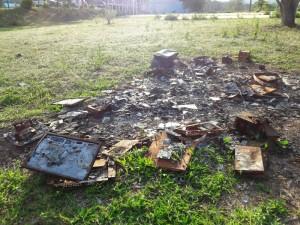 Quase um ano depois, ainda existem restos de equipamentos que foram queimados durante incêndio criminoso na delegacia