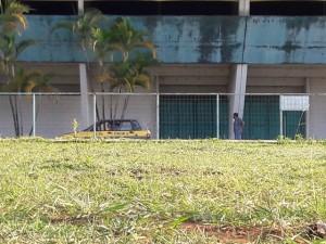 Alunos de autoescolas treinam balizas em uma área do Poliesportivo
