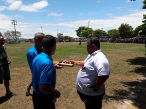 Árbitro entrega ao presidente da Liga, objetos atirados por torcedor do Coimbra, contra o assistente 1.