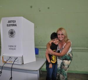 Roseli votou acompanhada do filho caçula, Daniel.