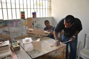 Na marcenaria, a madeira ganha contornos e se transforma em arte