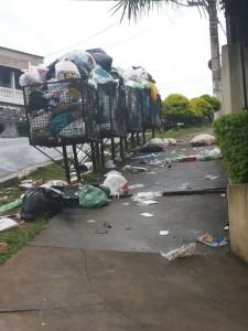 Por toda a cidade as lixeiras estão cheias